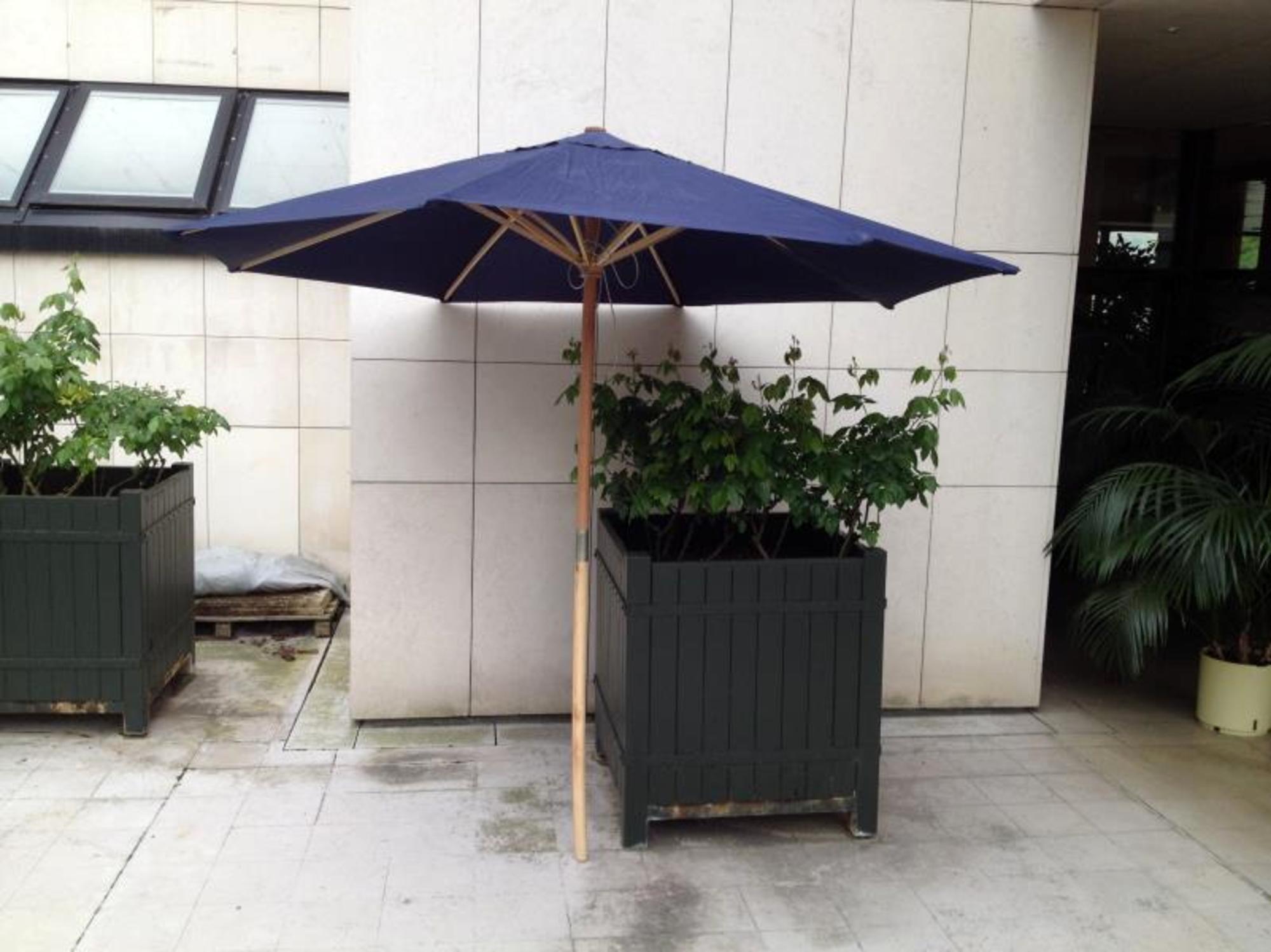 1 parasol bleu sans pied d coration de jardin d 39 occasion aux ench res agorastore. Black Bedroom Furniture Sets. Home Design Ideas