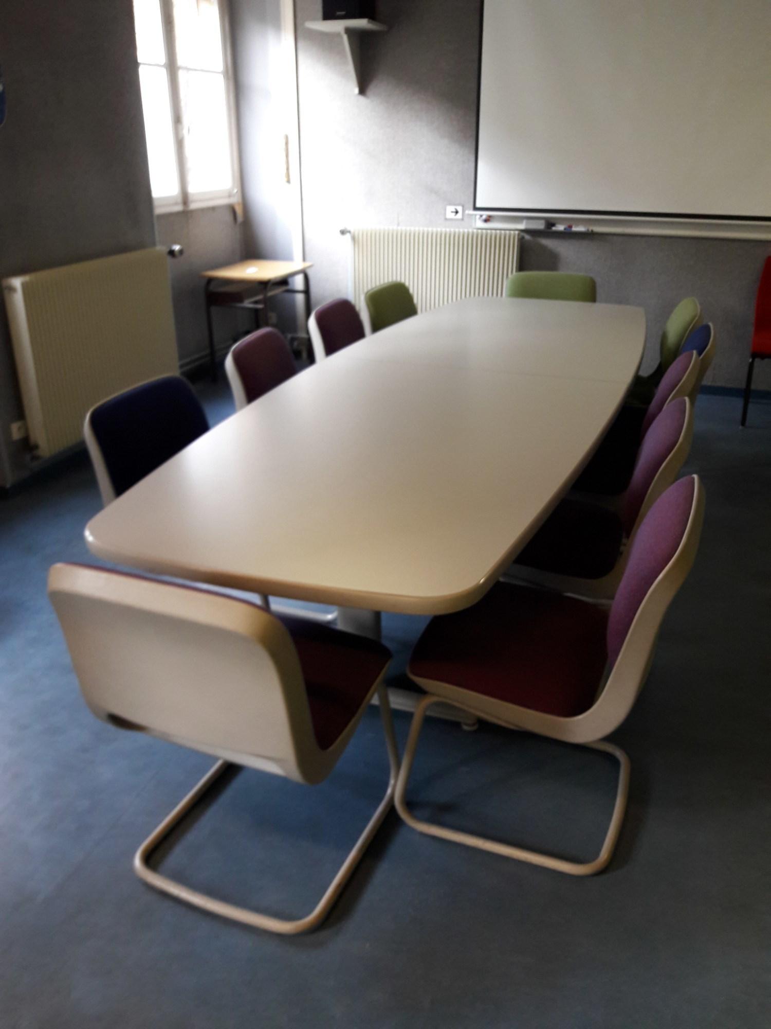 table de r union avec chaises table d 39 occasion aux ench res agorastore. Black Bedroom Furniture Sets. Home Design Ideas