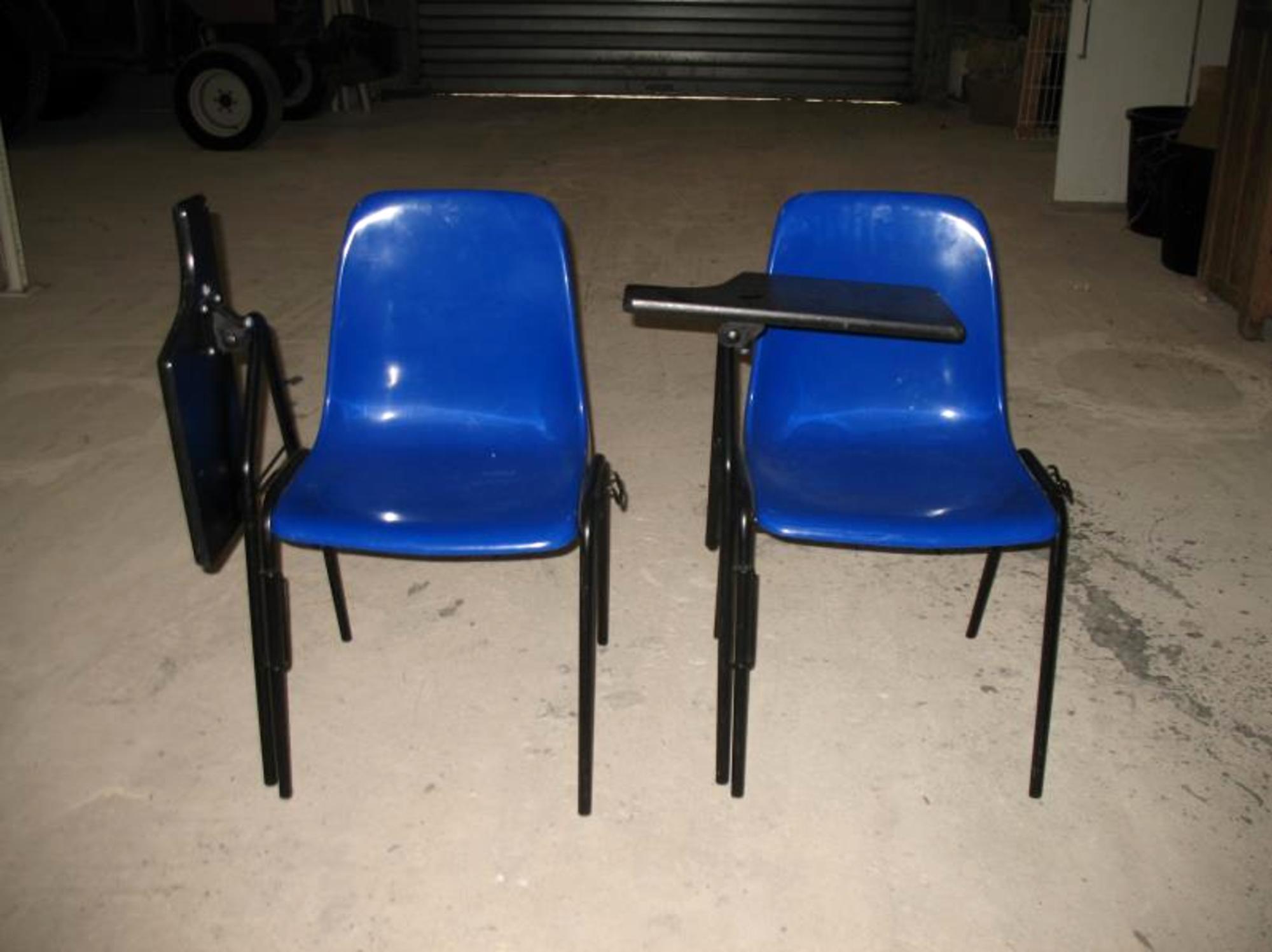lot de 4 chaises coques bleues empilables avec tablette rabattable chaise d 39 occasion aux. Black Bedroom Furniture Sets. Home Design Ideas