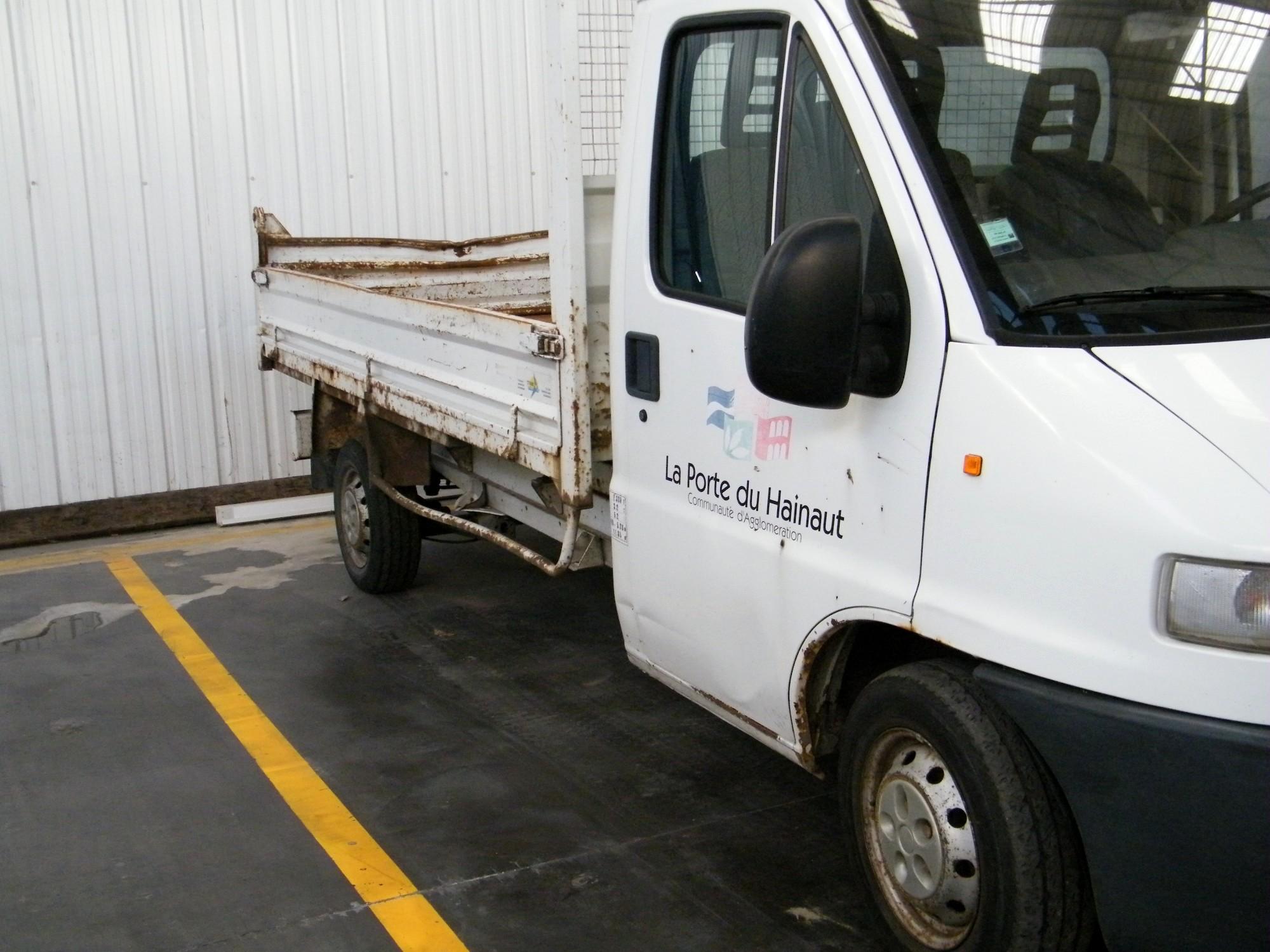 camionnette peugeot boxer benne utilitaire d 39 occasion aux ench res agorastore. Black Bedroom Furniture Sets. Home Design Ideas