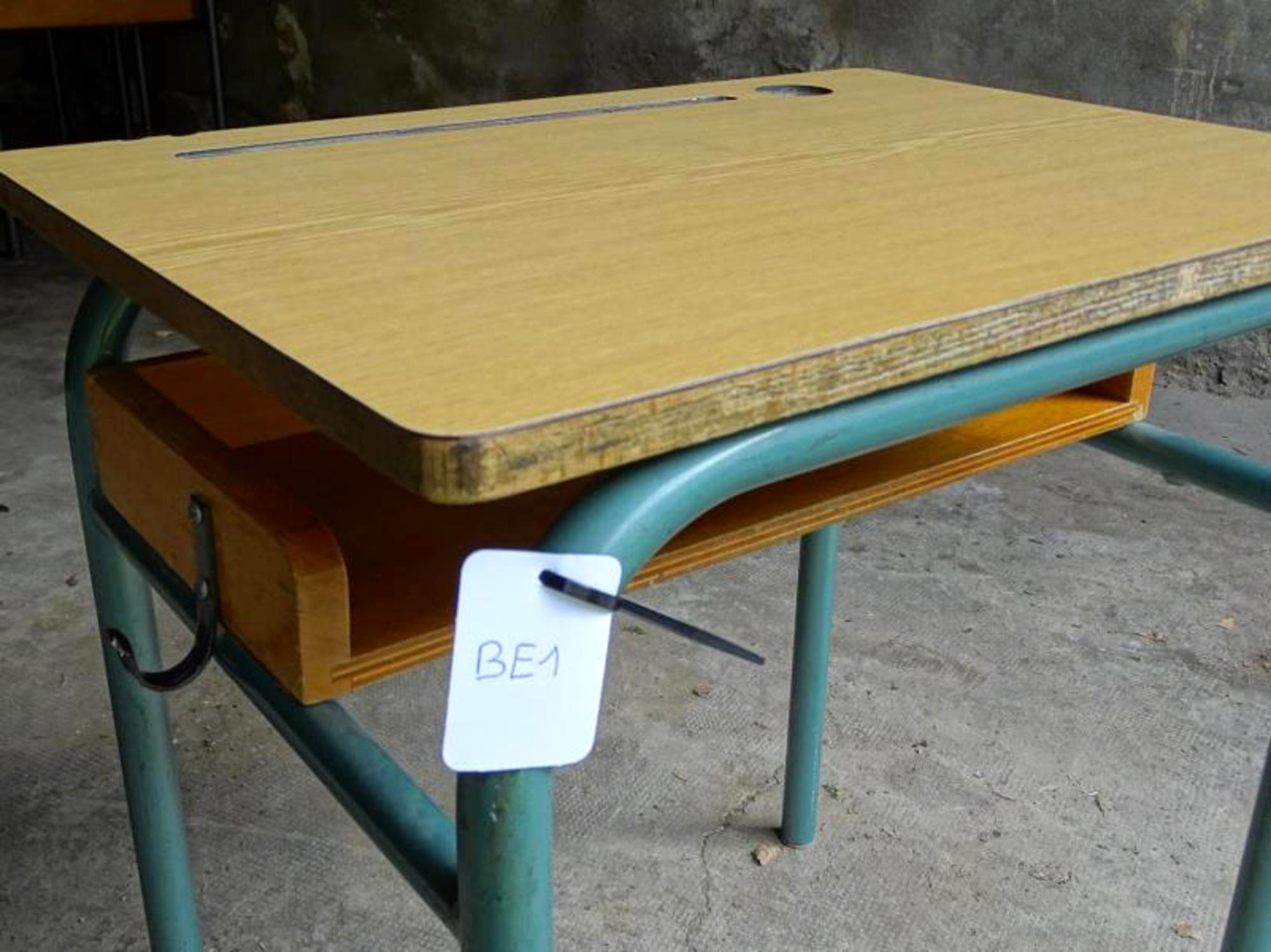 bureau ecolier mobilier scolaire d 39 occasion aux ench res agorastore. Black Bedroom Furniture Sets. Home Design Ideas