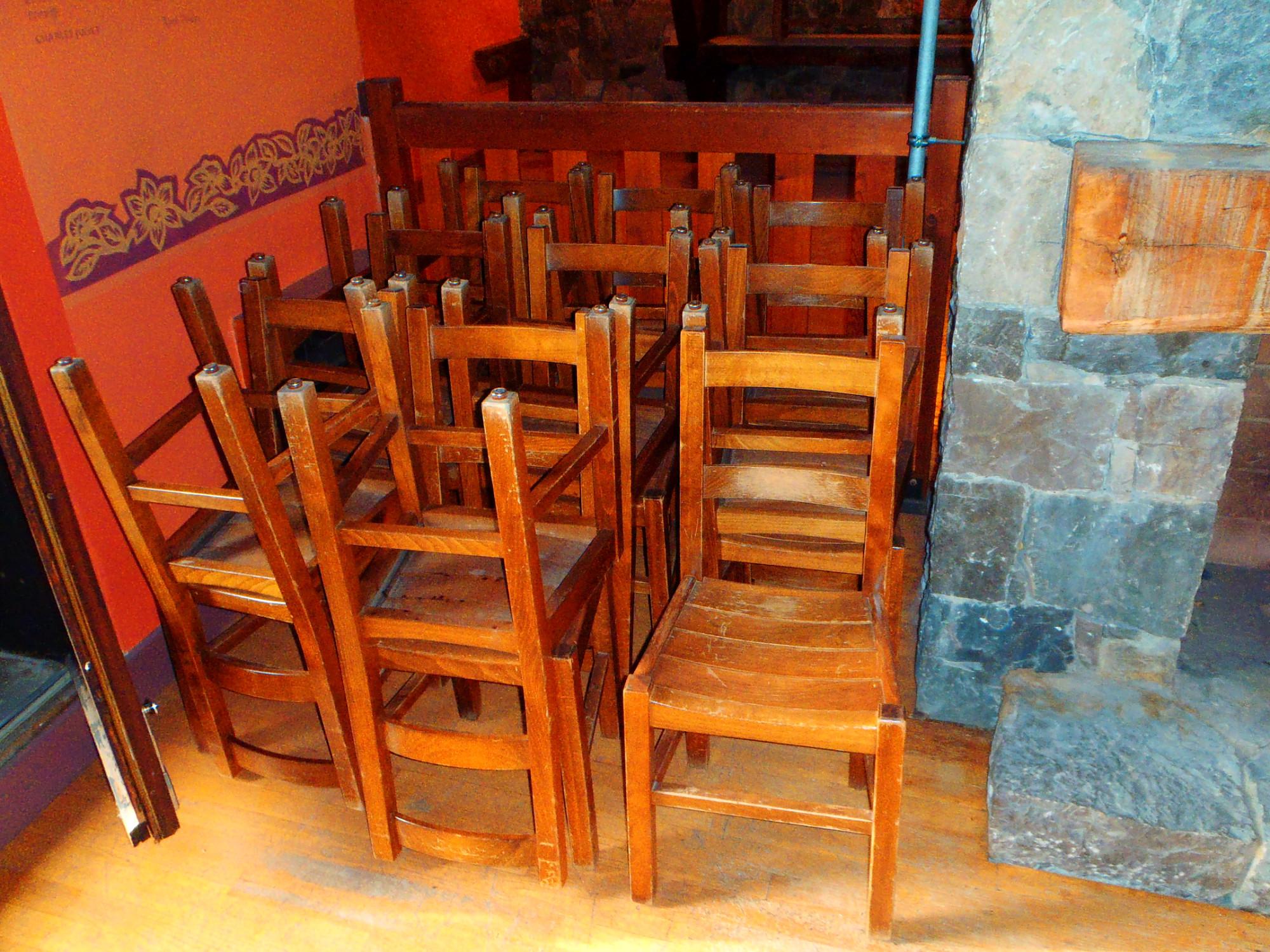 lot 28 chaises en bois chaise d 39 occasion aux ench res agorastore. Black Bedroom Furniture Sets. Home Design Ideas