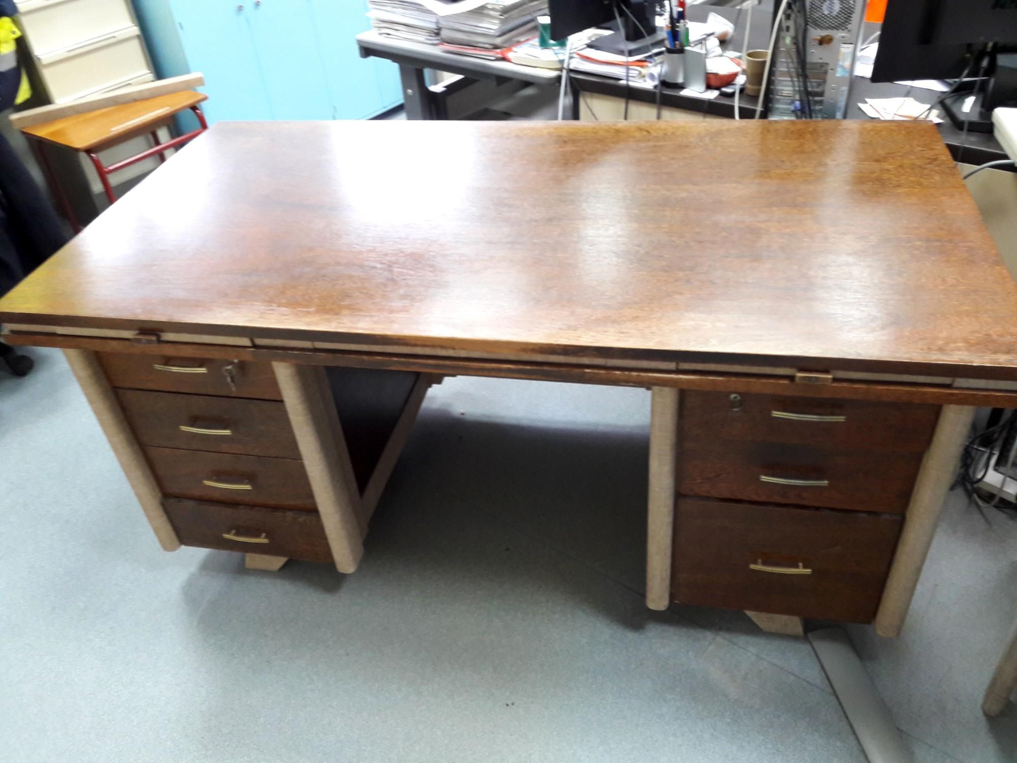 bureau et petite table assortie bureau d 39 occasion aux ench res agorastore. Black Bedroom Furniture Sets. Home Design Ideas