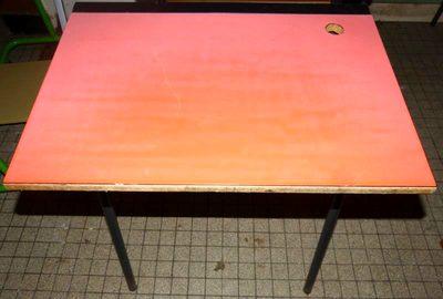 table casier rouge 393 table d 39 occasion aux ench res agorastore. Black Bedroom Furniture Sets. Home Design Ideas