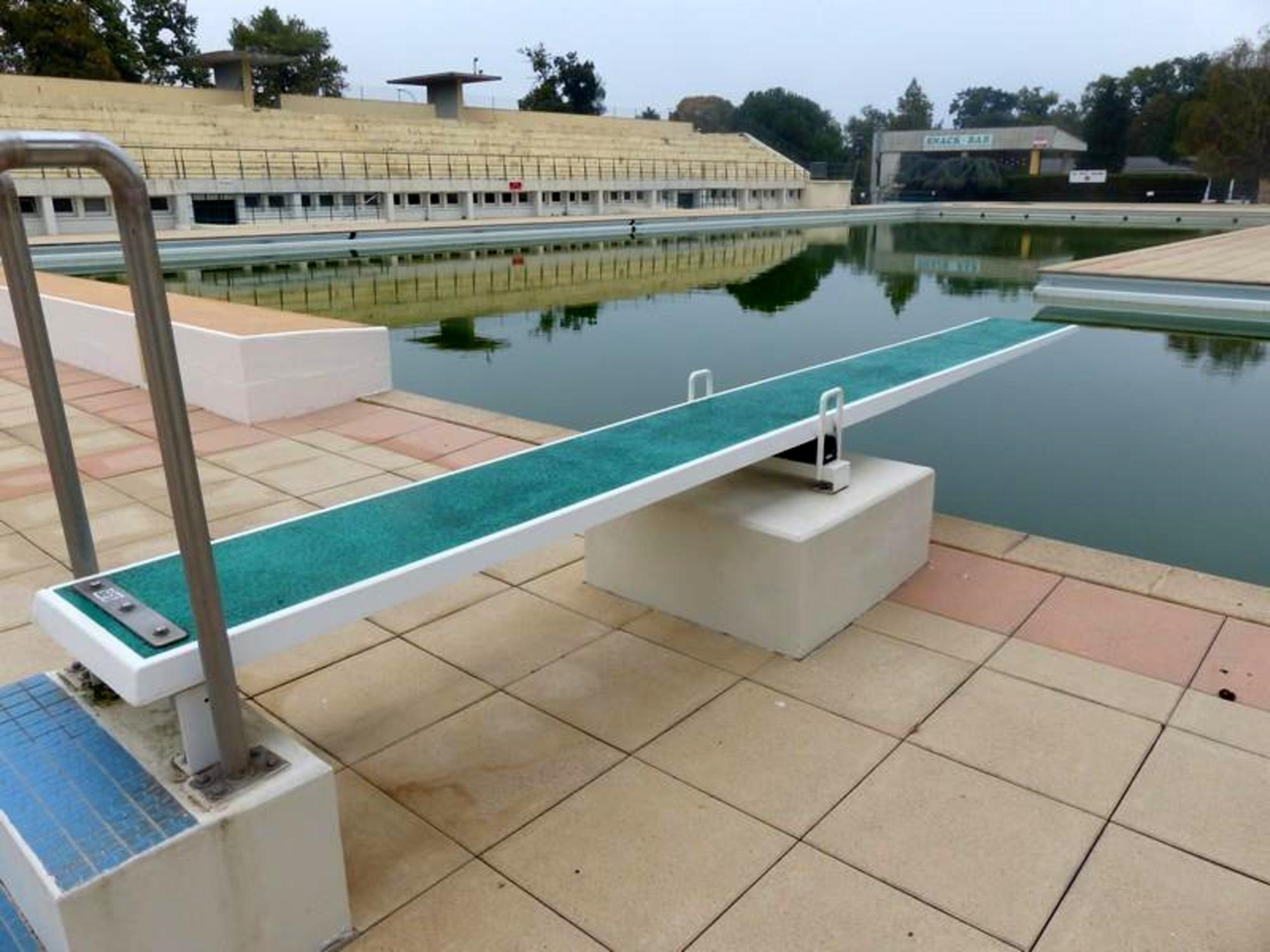 Plongeoir de piscine longeur m tres sport d for Piscine plongeoir