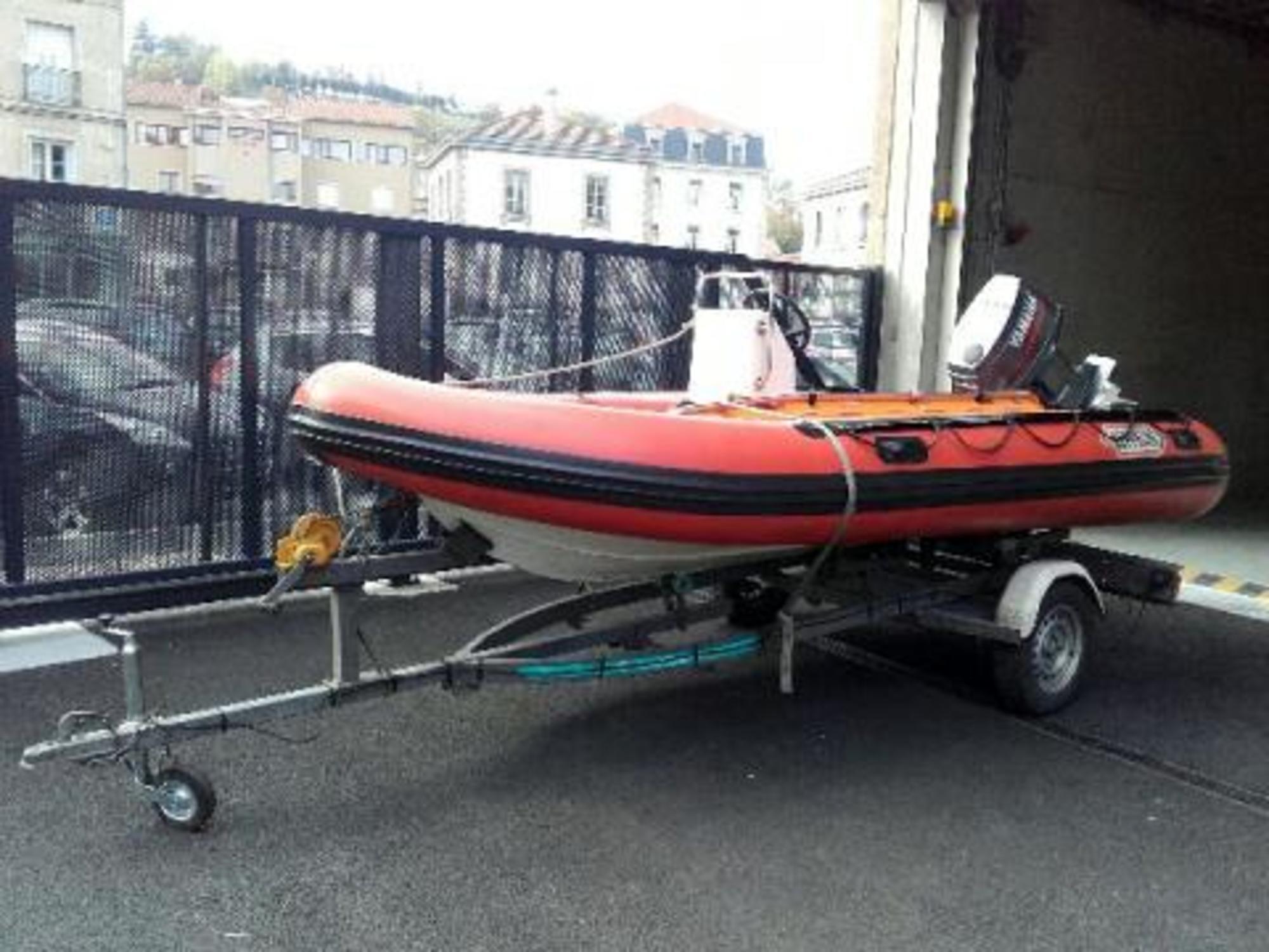 bateau pneumatique semi-rigide   remorque