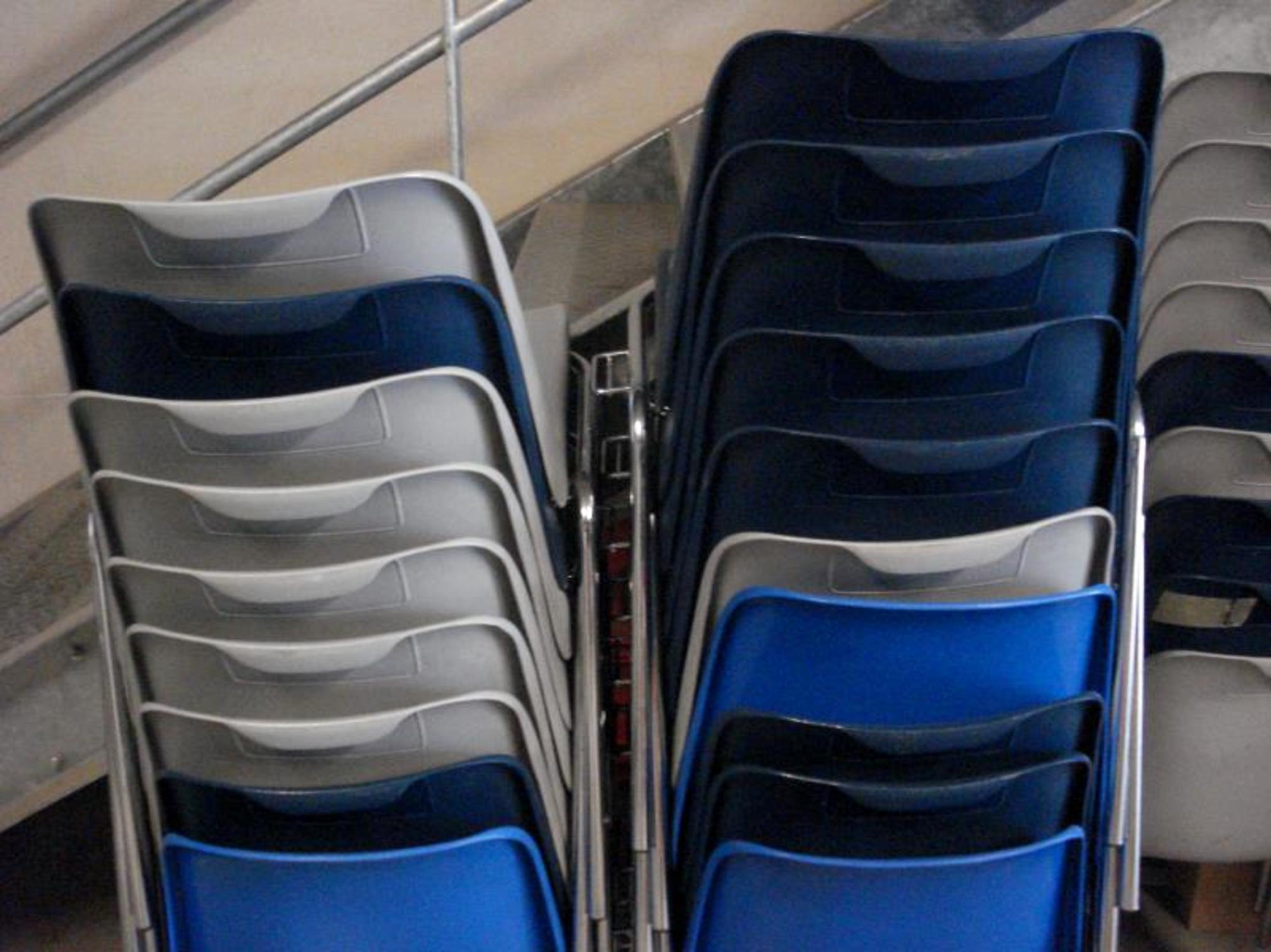 lot de 10 chaises coque pvc chaise d 39 occasion aux ench res agorastore. Black Bedroom Furniture Sets. Home Design Ideas