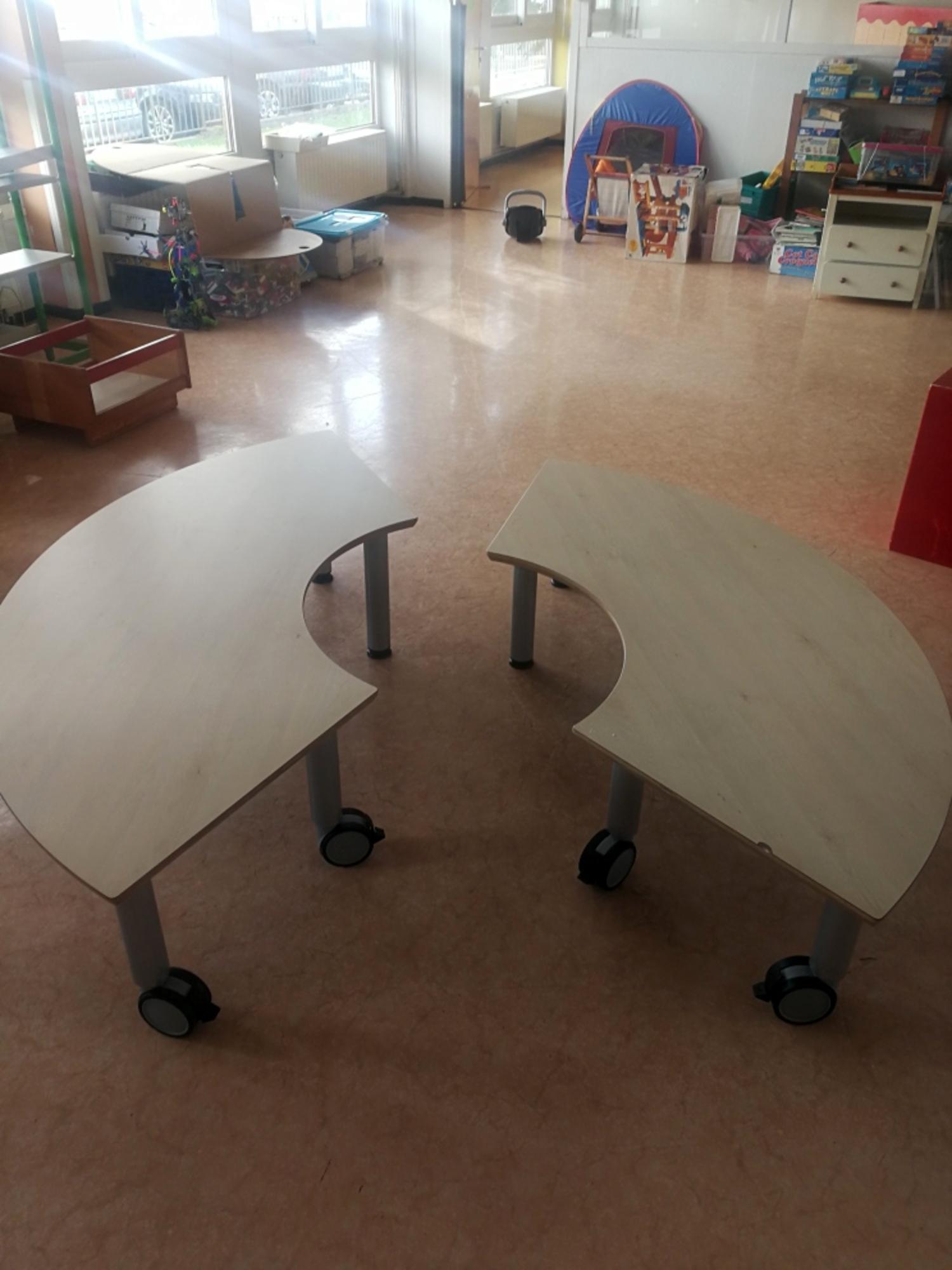 lot 2 tables demi cercle mobilier scolaire d 39 occasion aux ench res agorastore. Black Bedroom Furniture Sets. Home Design Ideas