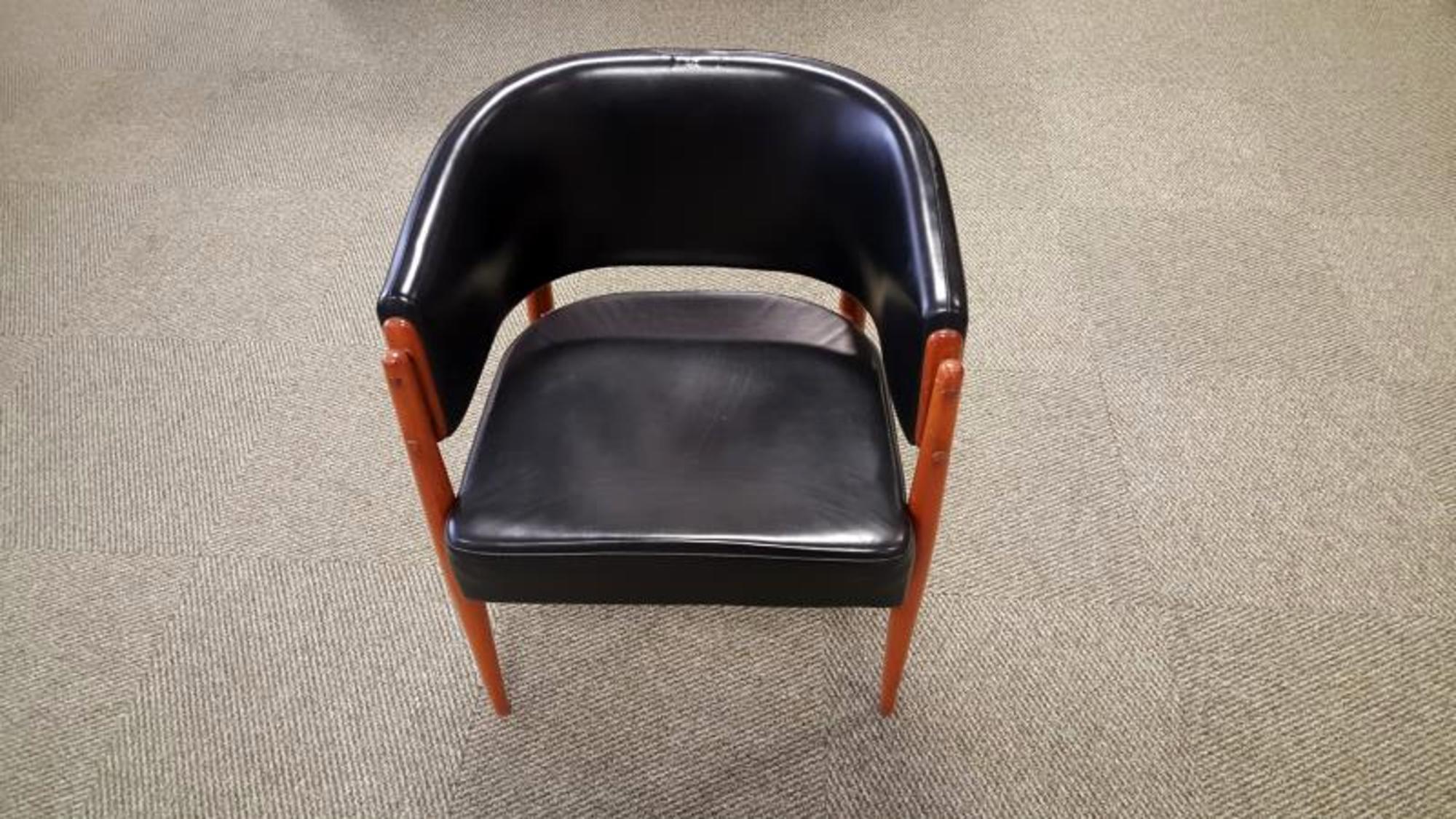 2 fauteuils de bureau fauteuil d 39 occasion aux ench res agorastore. Black Bedroom Furniture Sets. Home Design Ideas