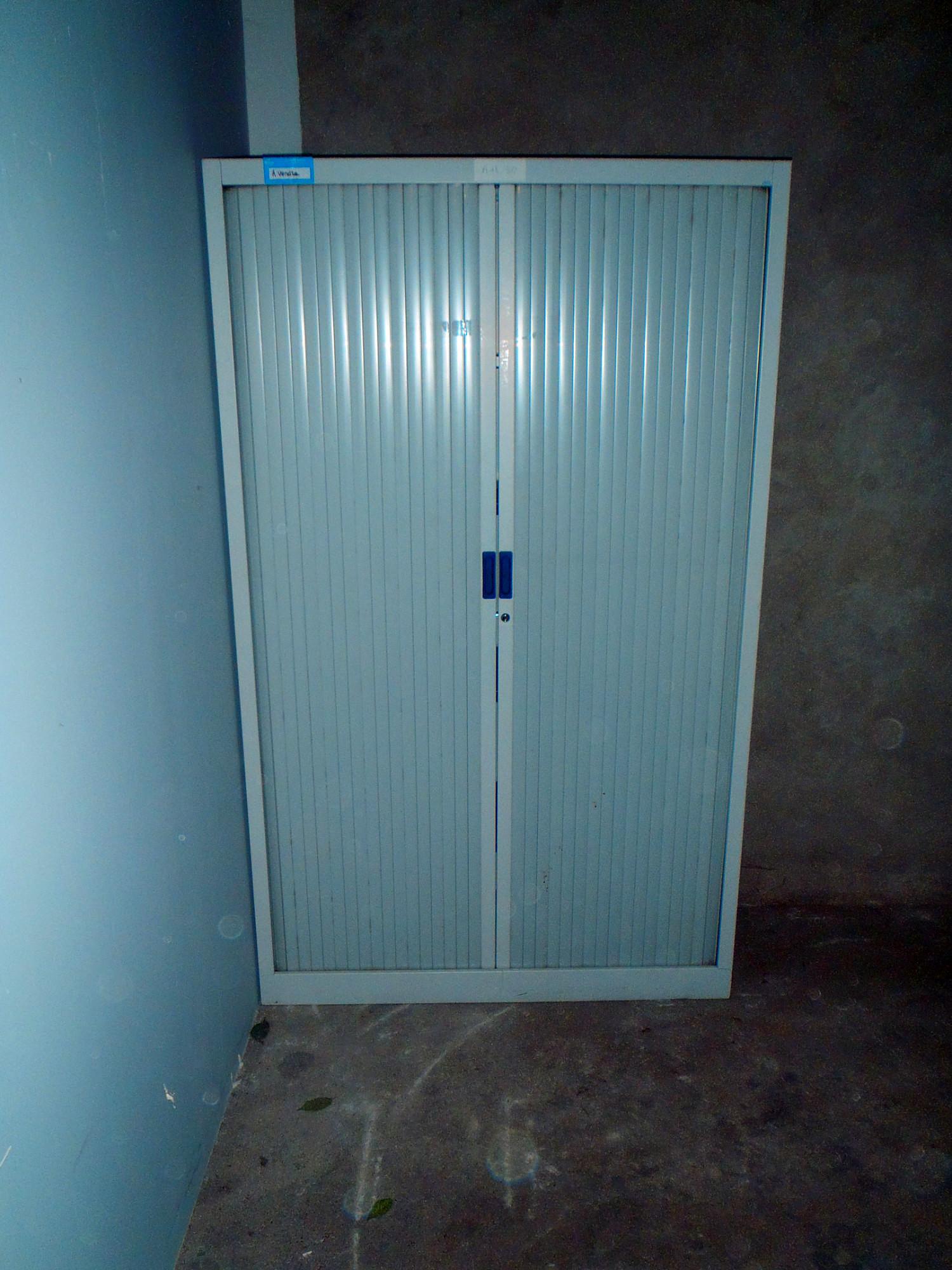 armoire haute en metal portes coulissantes. Black Bedroom Furniture Sets. Home Design Ideas