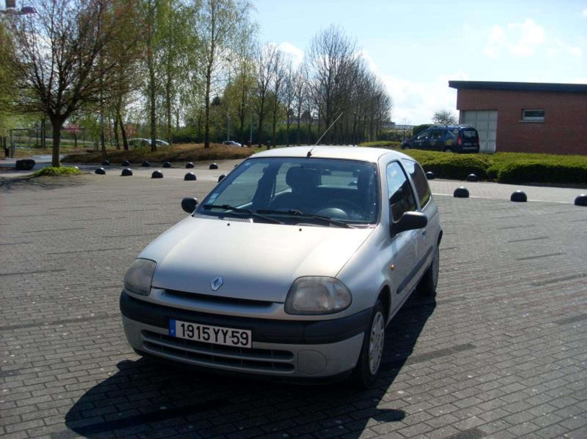 Renault clio essence 3 portes 5 places voiture d 39 occasion aux ench res agorastore - Voiture 3 portes ou 5 portes ...