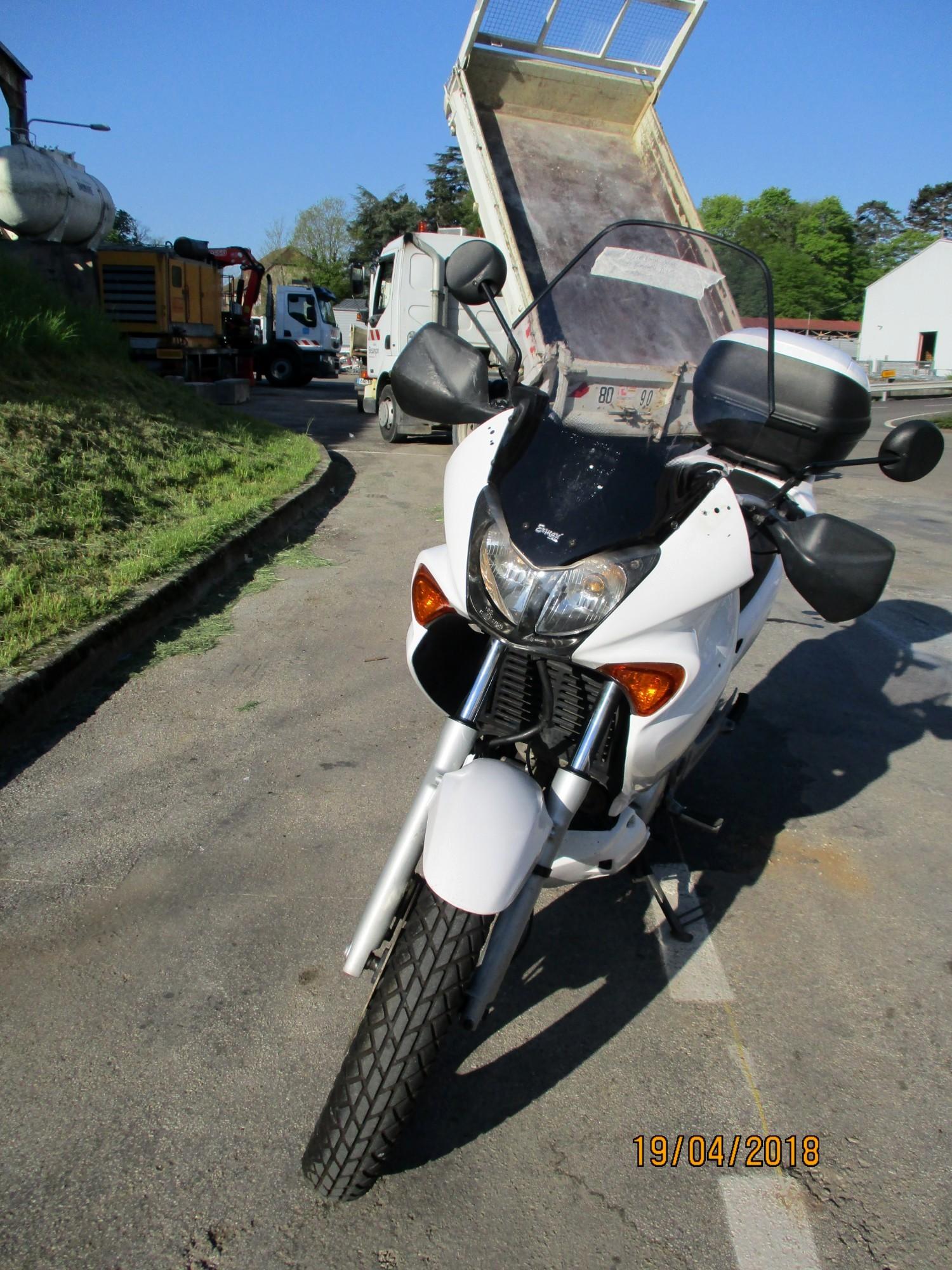 moto honda 125cm3 par 0962 moto scooter 2 roues d 39 occasion aux ench res agorastore. Black Bedroom Furniture Sets. Home Design Ideas