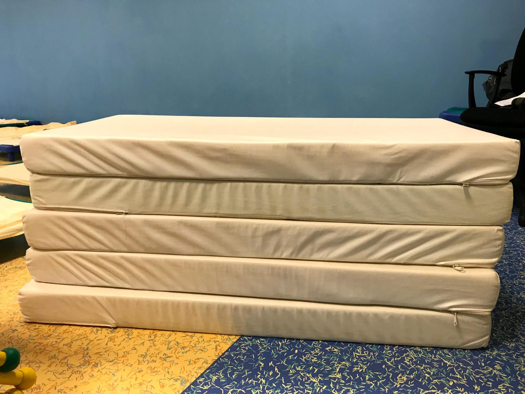 matelas mobilier scolaire d 39 occasion aux ench res. Black Bedroom Furniture Sets. Home Design Ideas