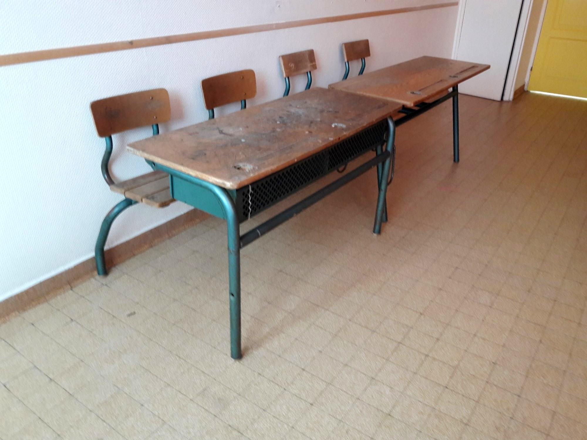 lot de 2 tables d 39 colier bois mobilier scolaire d 39 occasion aux ench res agorastore. Black Bedroom Furniture Sets. Home Design Ideas