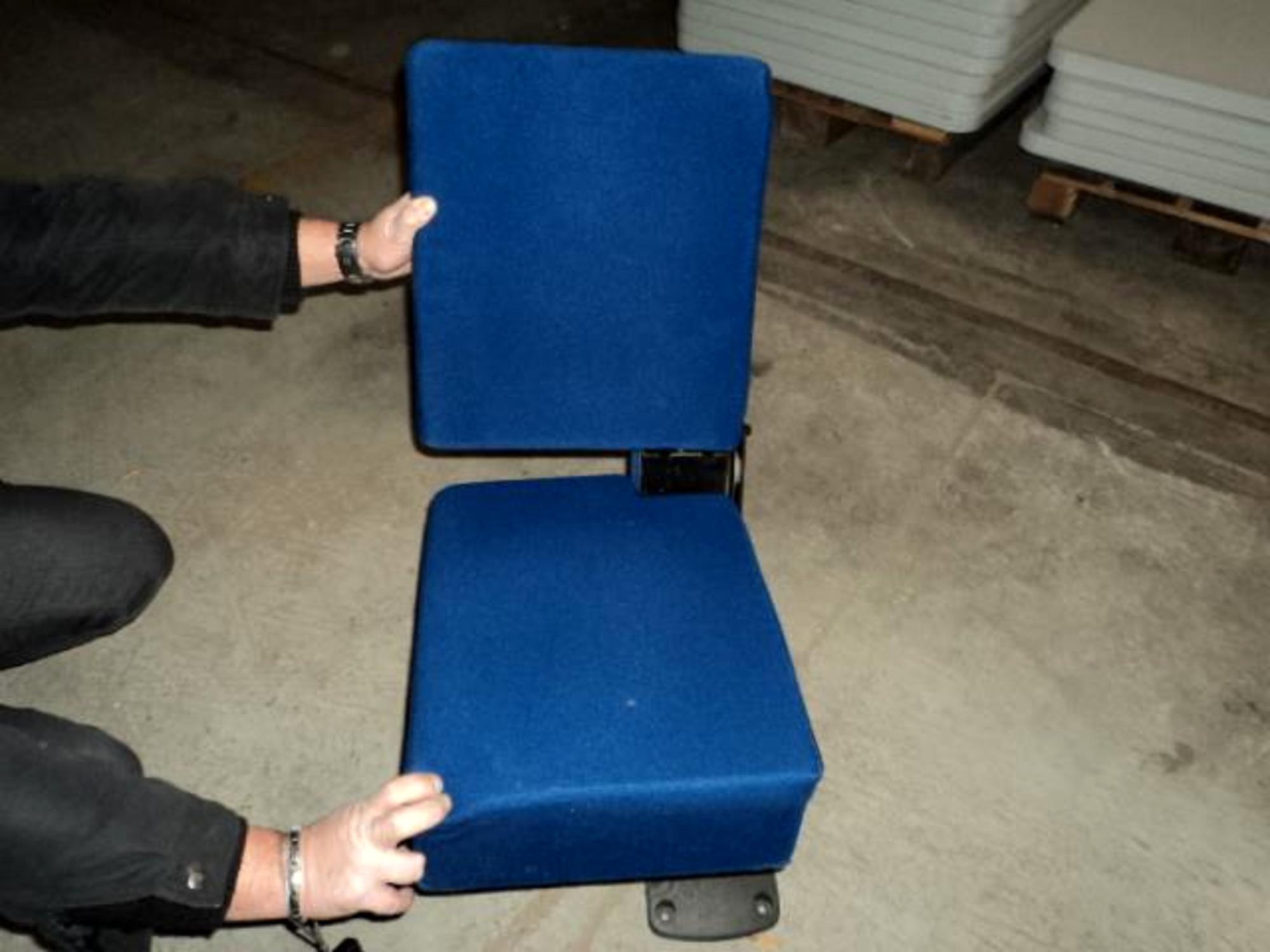 strapontin de cinema fauteuil d 39 occasion aux ench res agorastore. Black Bedroom Furniture Sets. Home Design Ideas