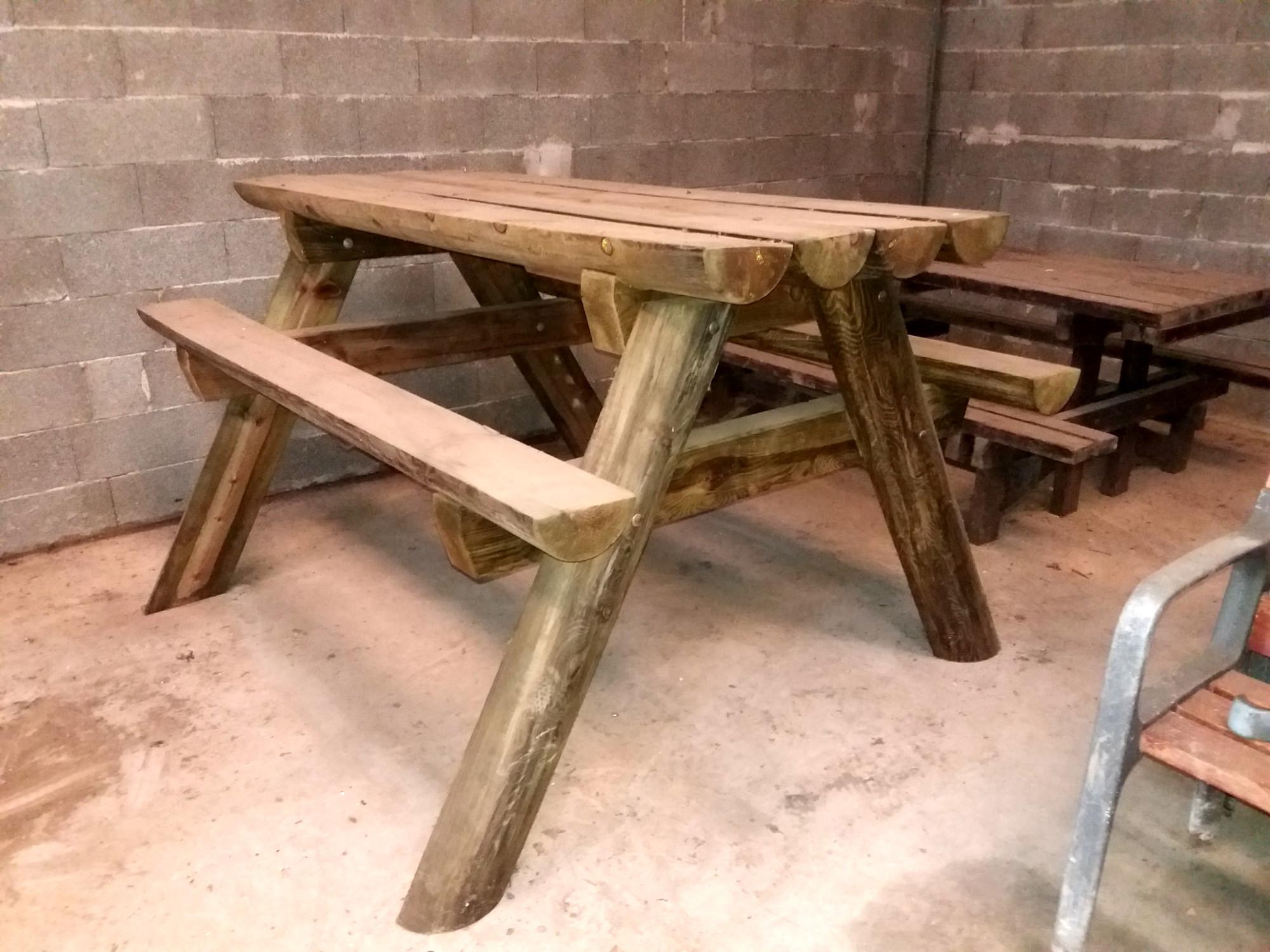 une table de pique nique en bois table d 39 occasion aux ench res agorastore. Black Bedroom Furniture Sets. Home Design Ideas