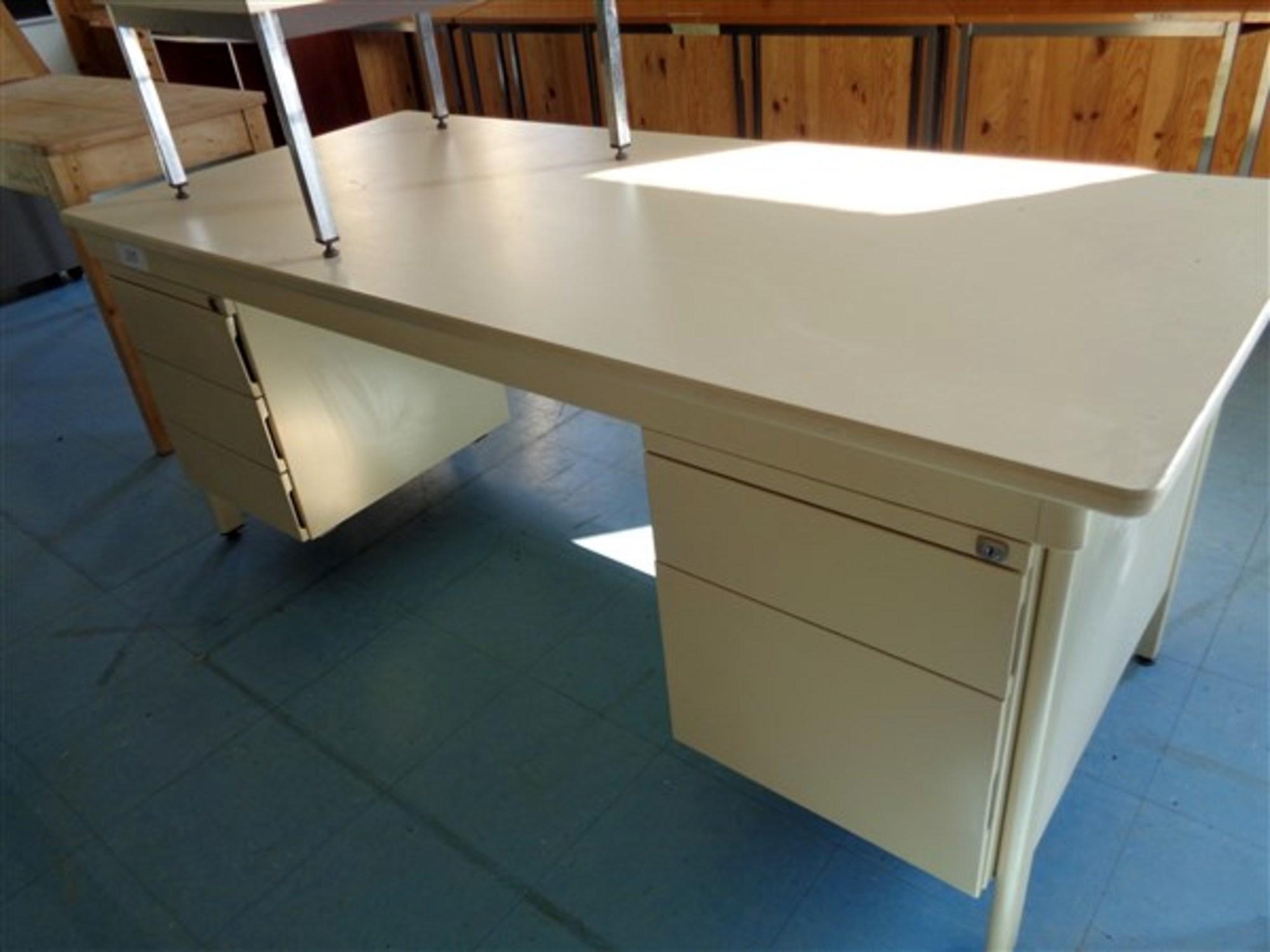 bureau ministre 2 rang es de tiroirs bureau d 39 occasion aux ench res agorastore. Black Bedroom Furniture Sets. Home Design Ideas