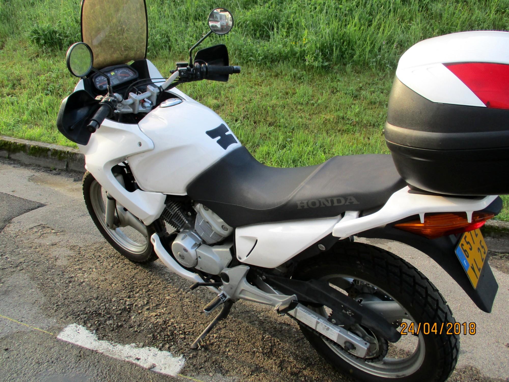 moto honda 125cm3 par 0965 moto scooter 2 roues d 39 occasion aux ench res agorastore. Black Bedroom Furniture Sets. Home Design Ideas