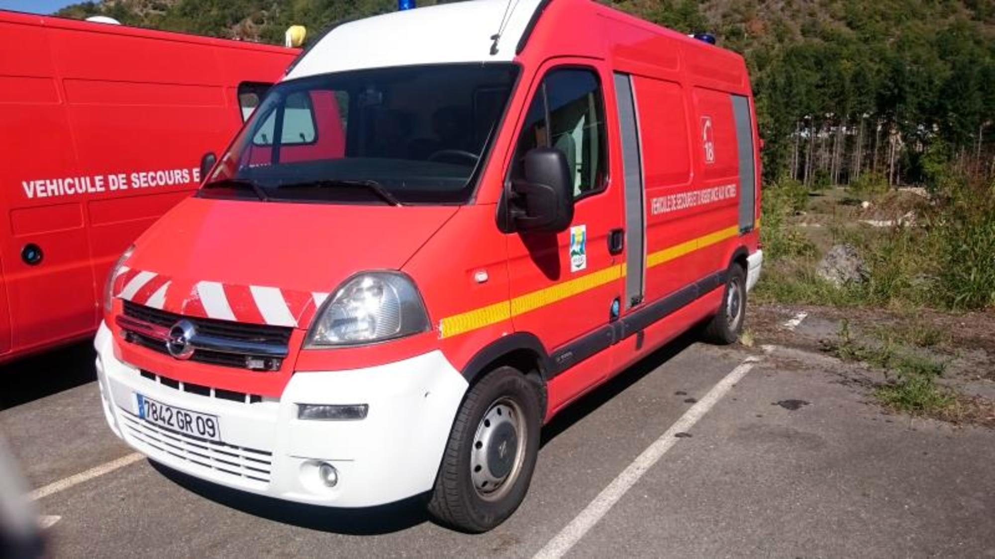 ambulance sapeurs pompiers opel movano utilitaire d 39 occasion aux ench res agorastore. Black Bedroom Furniture Sets. Home Design Ideas