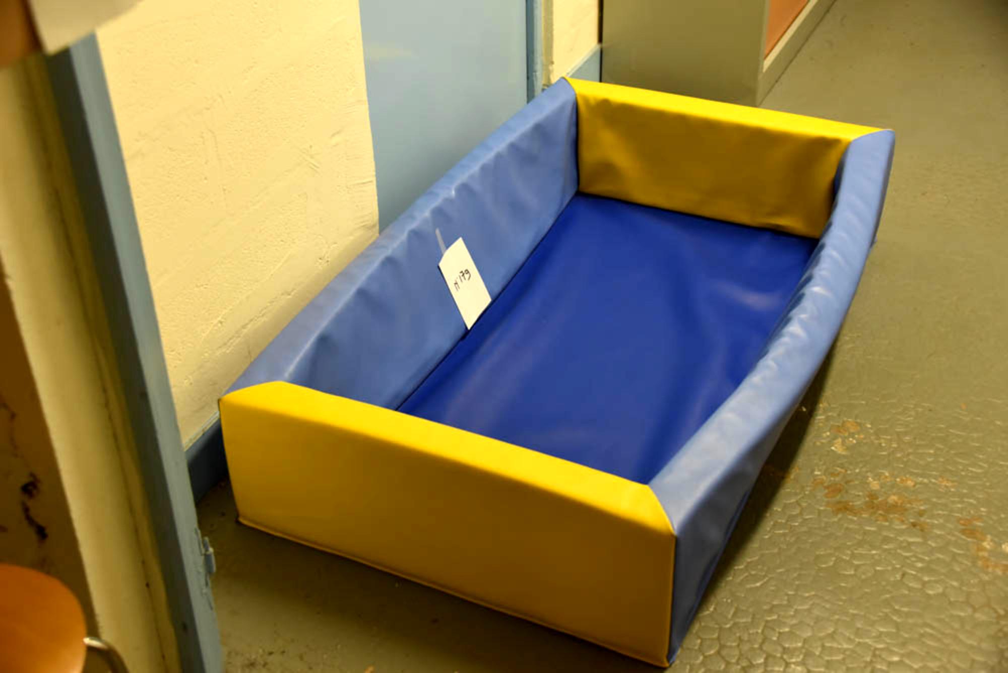 piscine balle bicolore pour jeune enfant pu riculture d 39 occasion aux ench res agorastore. Black Bedroom Furniture Sets. Home Design Ideas