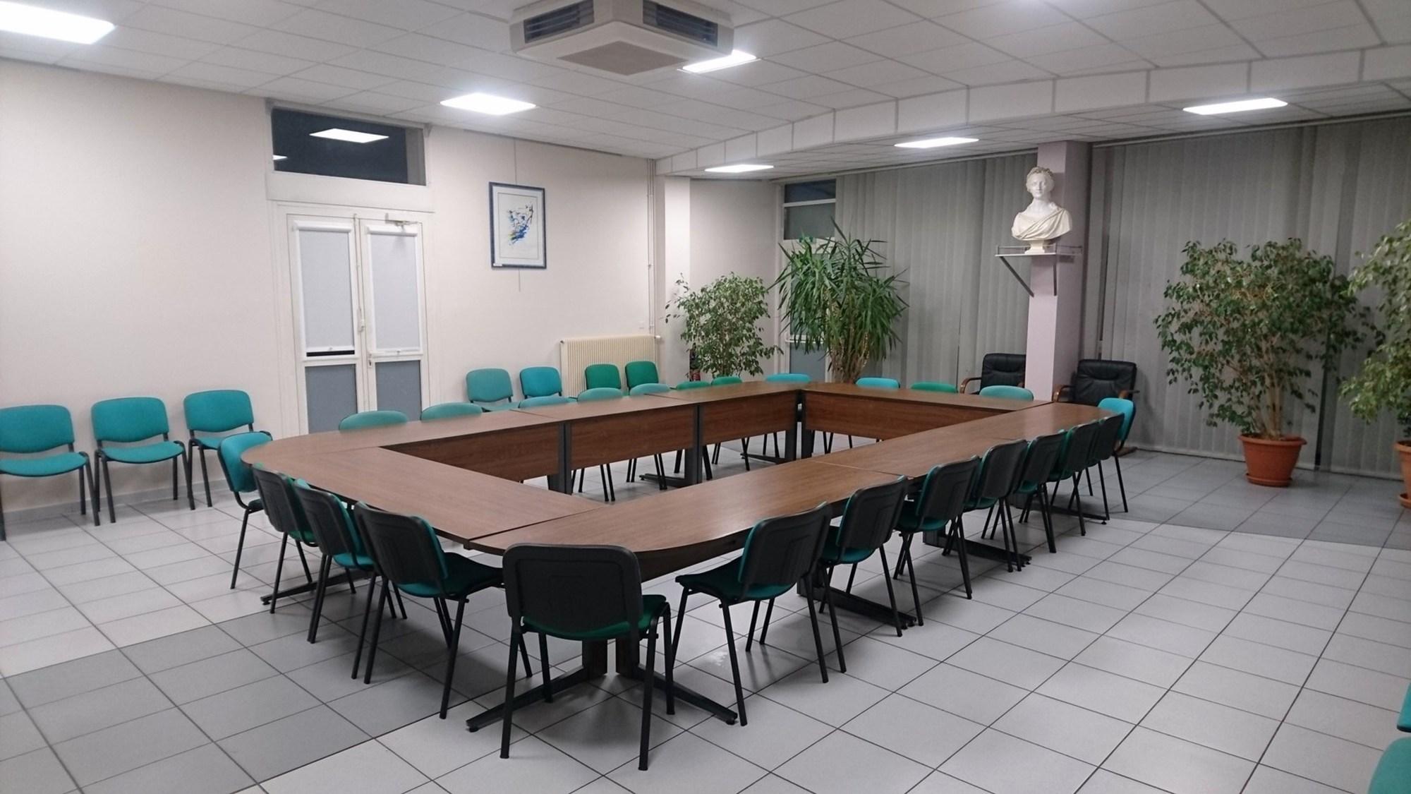 lot de mobilier salle de r union table d 39 occasion aux ench res agorastore. Black Bedroom Furniture Sets. Home Design Ideas
